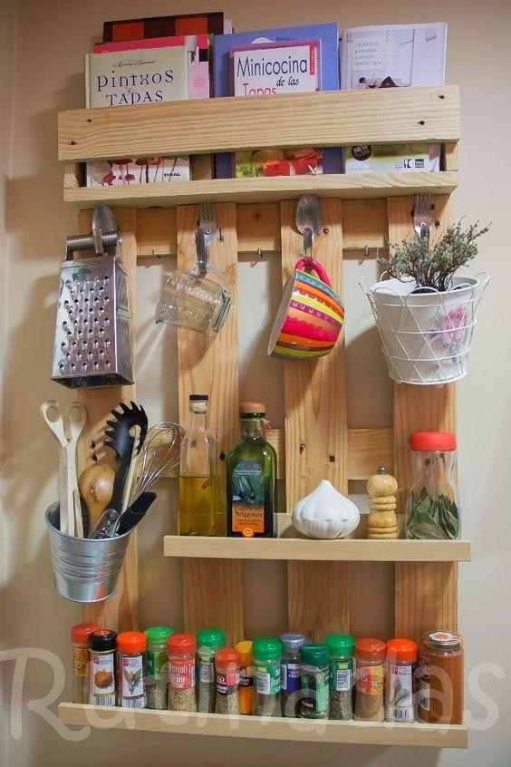 estanteria de cocina hecha con palets