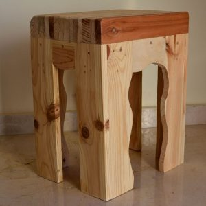 Taburete pequeño con asiento recto