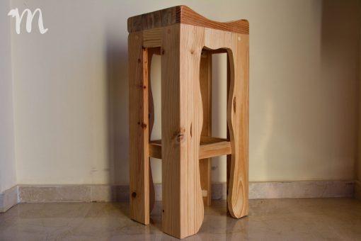 Taburete alto con asiento curvo