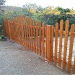 valla de madera con porton