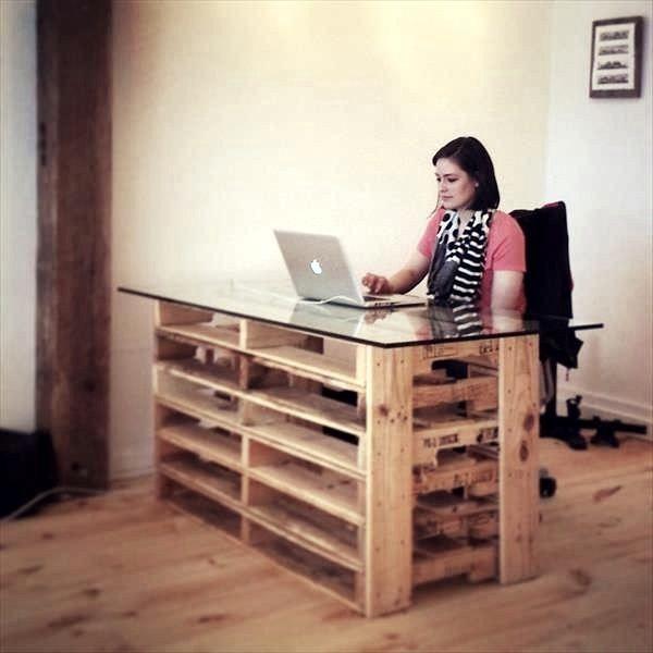 escritorio de palet con cristal