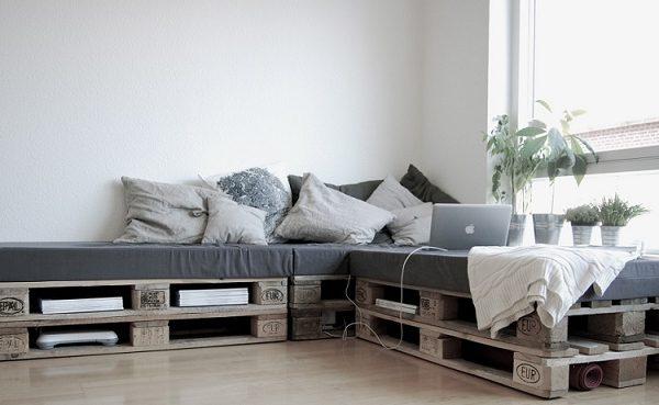 sofa de palet y libreria