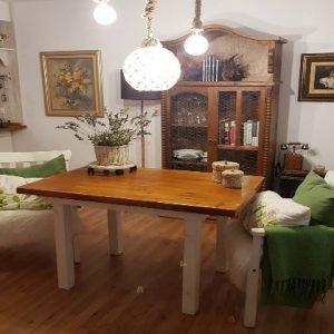 mesa de comedor de palets con patas blancas
